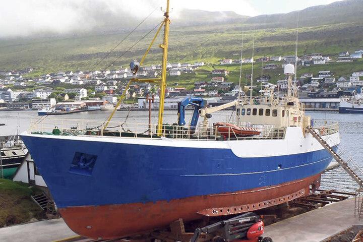 """Noch liegt die """"FOX"""" auf den Färöer-Inseln.Die Dresdner Aktivisten wollen das Rettungs-Schiff kaufen."""