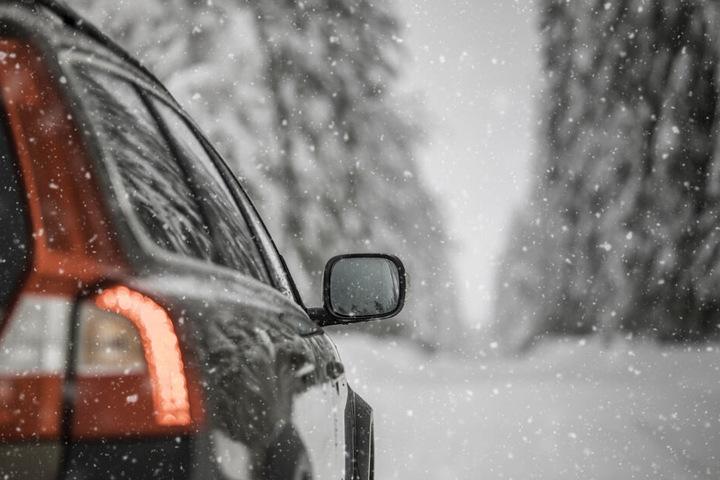 Auf schneeglatter Fahrbahn verlor die Frau die Kontrolle über ihr Auto. (Symbolbild)
