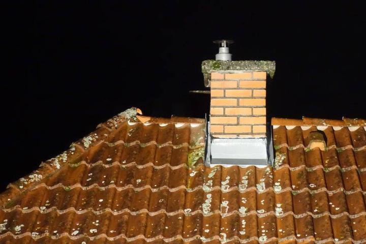 Mitten in der Nacht kletterte der junge Mann aufs Dach und stürzte in die Tiefe. (Symbolbild)