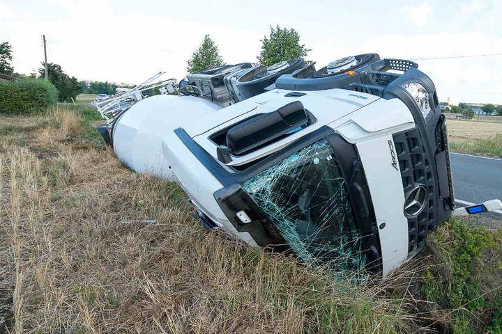 Das Fahrerhaus des Brummis wurde bei dem Unfall eingedrückt.