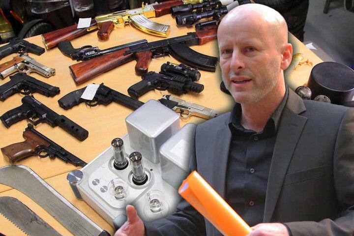 Chefermittler Jürgen Leistner (50) fand in der Lagerhalle etliche Waffen,  darunter diese goldene Kalaschnikow, geklaut von einem Privatmann.