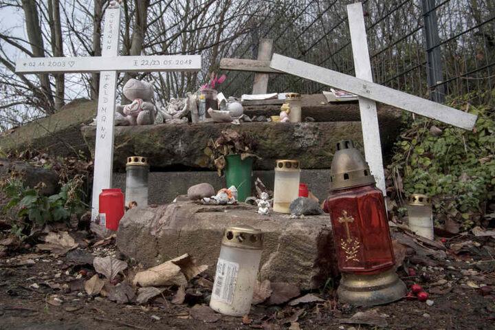 An einer Gedenkstätte in Wiesbaden haben Trauernde Kerzen abgestellt. (Symbolbild)