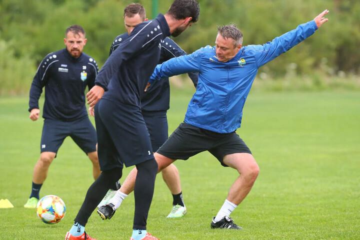 Im Training kickt Olaf Renn (r.) auch heute gern ab und zu mit.