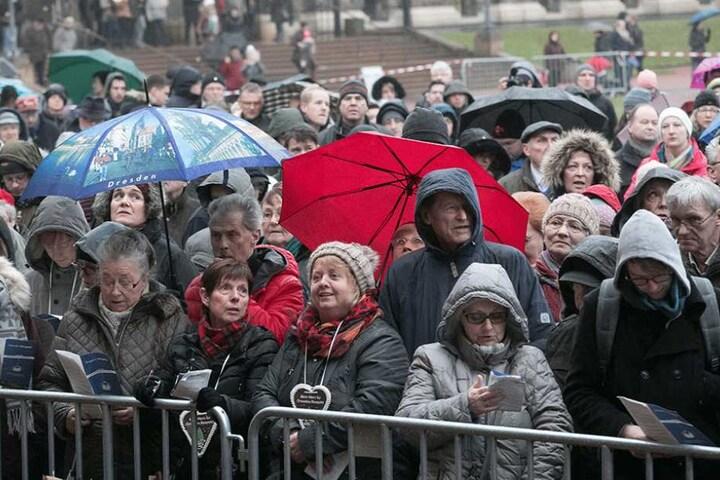 Im Zwinger wurde gegen die Veranstaltung auf dem Theaterplatz angesungen.