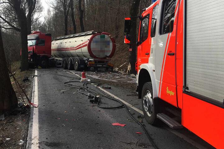 Der Lkw krachte gegen mehrere Bäume und dann in den entgegenkommenden Audi.