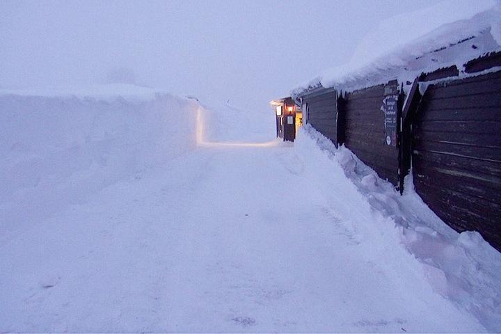 Meterhoch liegt noch immer der Schnee auf dem Brocken im Harz. Nach drei Tagen konnte die Strecke der Harzer Schmalspurbahn endlich geräumt werden.