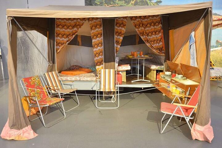 Heiß begehrt im Osten und auch im Exportkatalog zu finden: Der Camptourist-Campingwagen, eine Kombination aus Wohnwagen und Zelt. Die Sonderschau zeigt den CT 6-2 von 1981.