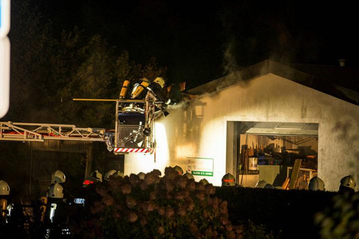 Das Feuer in Berthelsdorf griff auf eine Lagerhalle über.