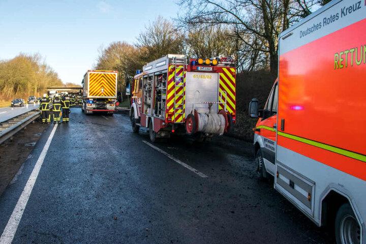 Zahlreiche Feuerwehrleute sind auf der A1 im Einsatz.