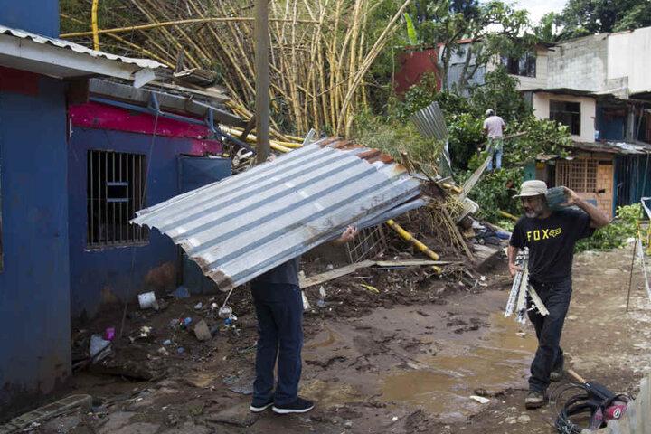 """Aufräumarbeiten nach Durchzug des tropischen Sturms """"Nate"""" nahe San Jose (Costa Rica)."""