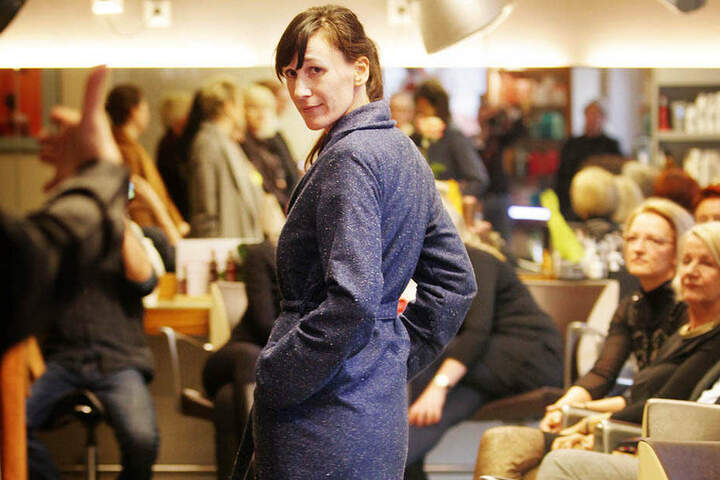 Die Mantel-Kollektion wurde bei einer Modenschau im Friseurstudio Knievel präsentiert.
