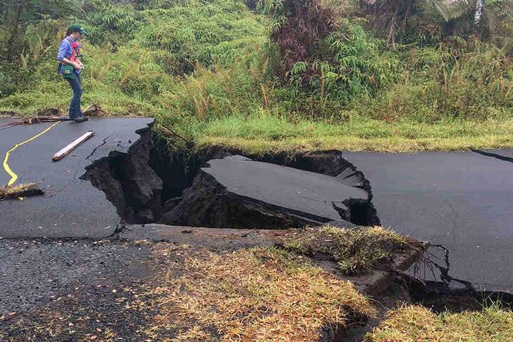 Nach dem Vulkanausbruch haben sich auf den Straßen zahlreiche große Risse gebildet - und es kommen immer neue dazu.