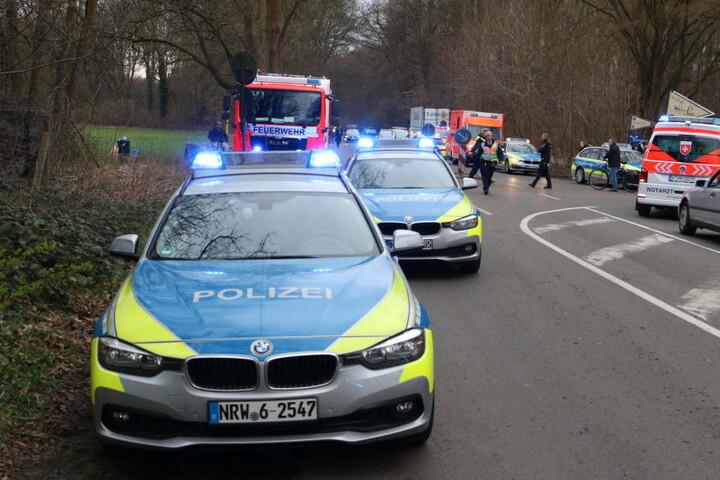 Polizei und Rettungsdienst sind mit über 20 Fahrzeugen und vielen Einsatzkräften vor Ort