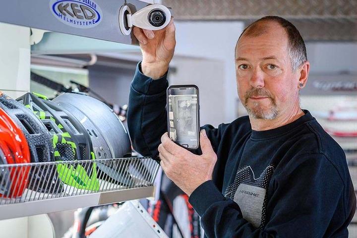 Chef Steffen Knobloch (57) hat die Kamera auf den Eingang gedreht und passt jetzt jede Nacht auf seinen Laden auf.