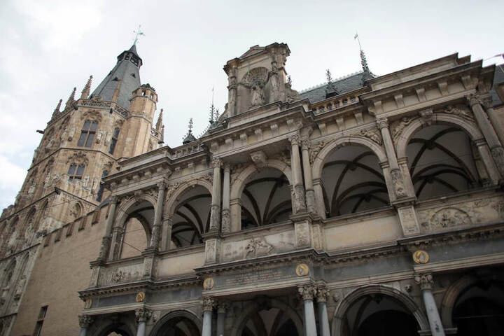 Das historische Rathaus in Köln wird am Freitag besonders gut bewacht.