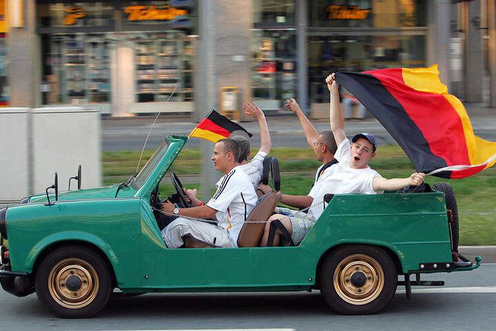 DDR-Symbol als WM-Mobil: Nach der Wende erblühte die Liebe zum Trabi neu - hier feiern junge Chemnitzer auf der Bahnhofstraße im Cabrio die Siege der gesamtdeutschen Fußball-Nationalmannschaft bei der WM 2006.