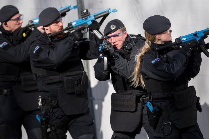 """Die Polizisten hatten sogenannte """"Blauwaffen"""" ohne scharfe Munition."""