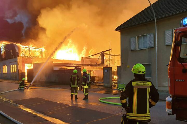 Die Feuerwehr kämpft mit etwa 100 Einsatzkräften gegen die Flammen.