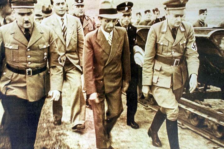 """Die Reproduktion zeigt Hitlers Architekt Albert Speer (2.v.l) und den Reichspropagandaleiter Joseph Goebbels (Mitte) im Jahr 1935 während der Bauphase des Bückeberg bei Hameln, wo die Nazis von 1933 bis 1937 das """"Reichserntedankfest"""" feierten."""