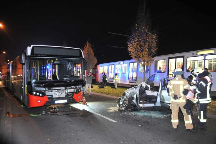 Der Bus wurde an der Front ebenfalls stark beschädigt.