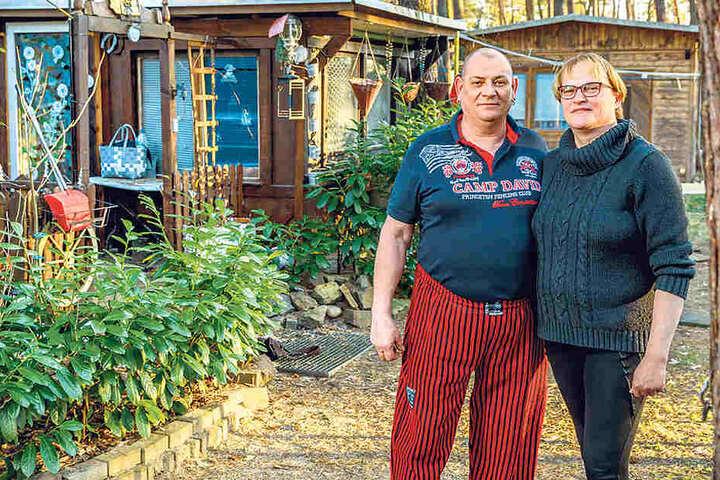 Parzelle Nr. 139 ist wie eine kleine Festung - trotzig gespickt mit einer Piratenflagge. Kerstin Schubert (49) und Udo Moch (55) sind seit 2007 hier.