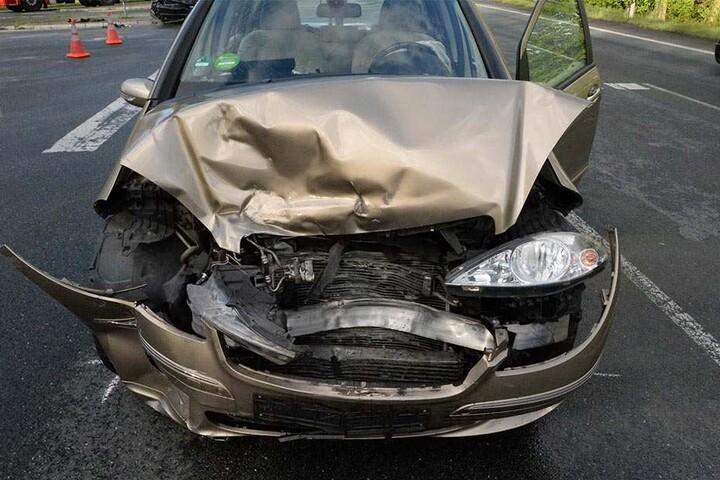 Beide Autos mussten wegen des erheblichen Schadens abgeschleppt werden.