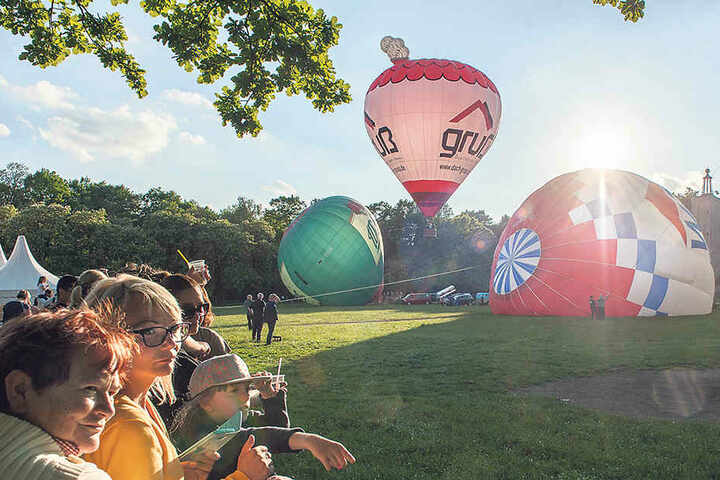 Heiße Luft, die anzieht: Viele Chemnitzer schauten sich die Ballonstarts am Freitagabend an.