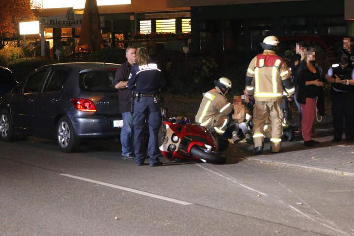 Die Einsatzkräfte von Polizei und Feuerwehr kümmern sich um den schwerverletzten Biker und um Zeugen.