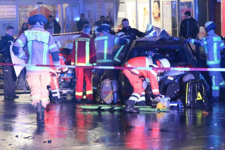 Die Feuerwehr an der Unfallstelle.