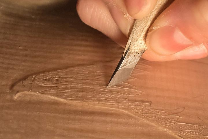 In Handarbeit entstehen besondere Motive auf den Geigen.