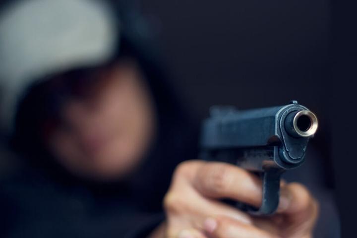 Der Unbekannte soll bewaffnet gewesen sein.