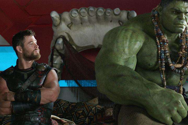 Chris Hemsworth (l) als Thor und Hulk in einer Szene des Filmes «Thor: Tag der Entscheidung». (