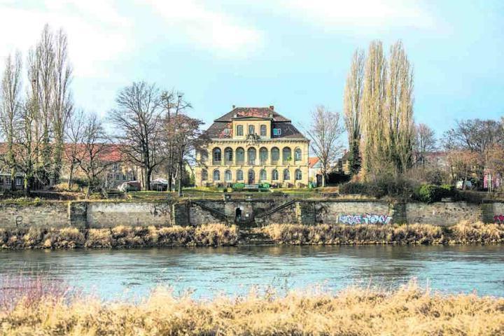 Nach jahrelangem Dornröschenschlaf verwandelt sich das Schlossanwesen von Barockbaumeister Eosander von Göthe in eine Theaterkulisse.