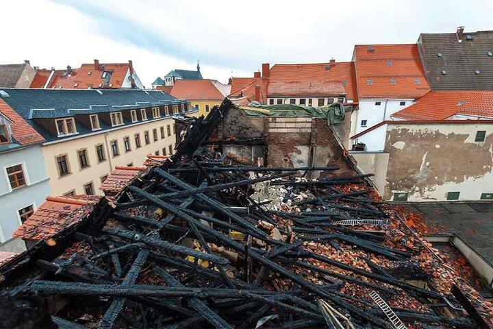 Der Dachstuhl der Brandruine ist zusammengebrochen, das Haus nicht mehr zu retten.