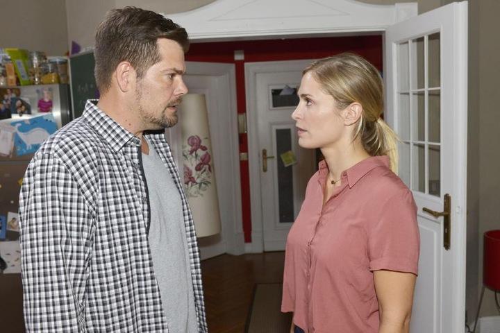 Nach der unangenehmen Entdeckung stellt Leon seine Ex-Freundin zur Rede.