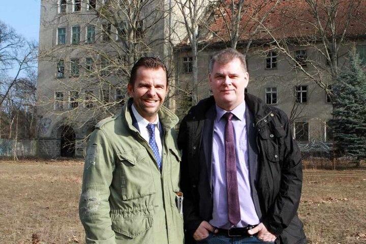 Der Firmenchef Robert Dahl vom Karls Erlebnis-Dorf (l) und der Bürgermeister Holger Schreiber (Parteilos). Karls Erlebnis-Dorf ist eines der Tourismusmagnete von Wustermark.