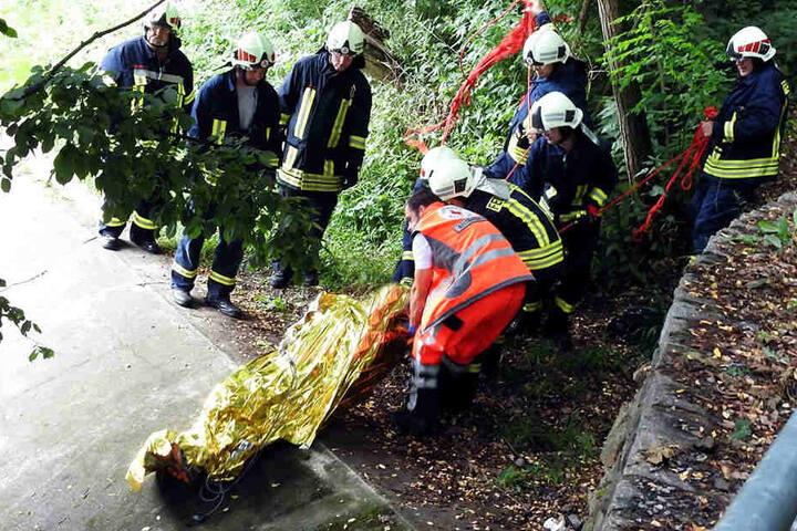 Die Kameraden der Freiwilligen Feuerwehr mussten den Verunglückten auf einer Bahre stabilisieren.