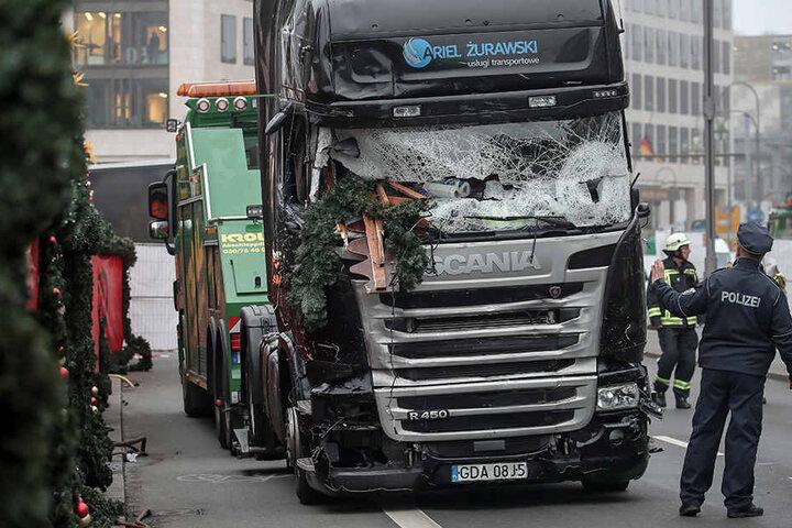 Der LKW mit zerstörter Scheibe wird am 20.12.2016 am Weihnachtsmarkt am Breitscheidplatz in Berlin abgeschleppt.