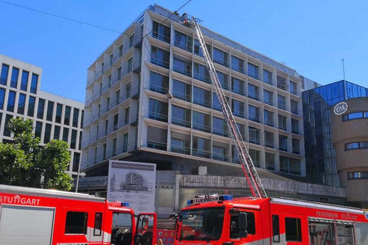 Feuerwehr vor dem Gebäude.