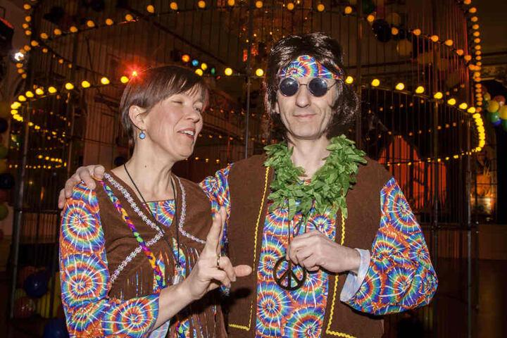 """Ute und Thomas Höck (beide 49) als Hippies beim Fasching im Parkhotel Dresden: """"Wir sind zum ersten Mal hier und wollen viel tanzen und chillen."""""""