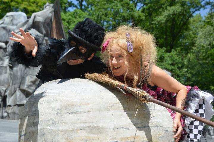 """Zum sechsten Mal bespielt das Chemnitzer Schauspielhaus die Küchwaldbühne. Das Stück """"Die kleine Hexe"""" ist bis zum 14. Juli zu sehen."""