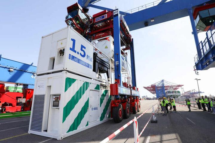 Ein Containertransportfahrzeug (Van-Carrier) demonstriert am HHLA-Terminal Burchardkai was es kann (Symbolbild).