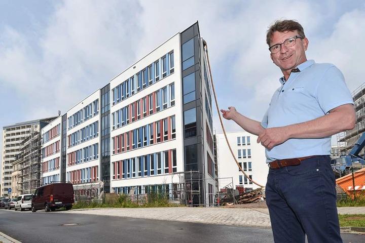 Architekt und Planungskoordinator Rainer Lißner (53) steht vor einem Teil der fertiggestellten Fassade des neuen Technischen Rathauses Chemnitz.