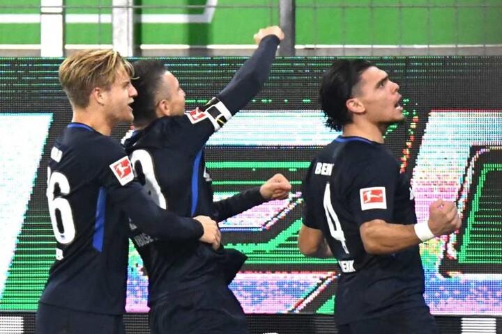Herthas Karim Rekik (r) bejubelt sein Tor zum 2:2 gegen den VfL Wolfsburg mit Arne Maier (l) und Vedad Ibisevic.