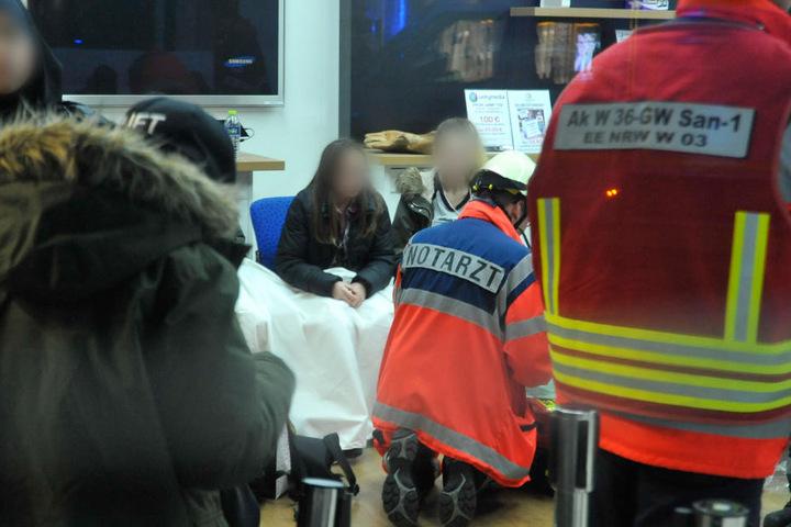 Rettungskräfte kümmerten sich am Dienstag um Verletzte in Wuppertal.