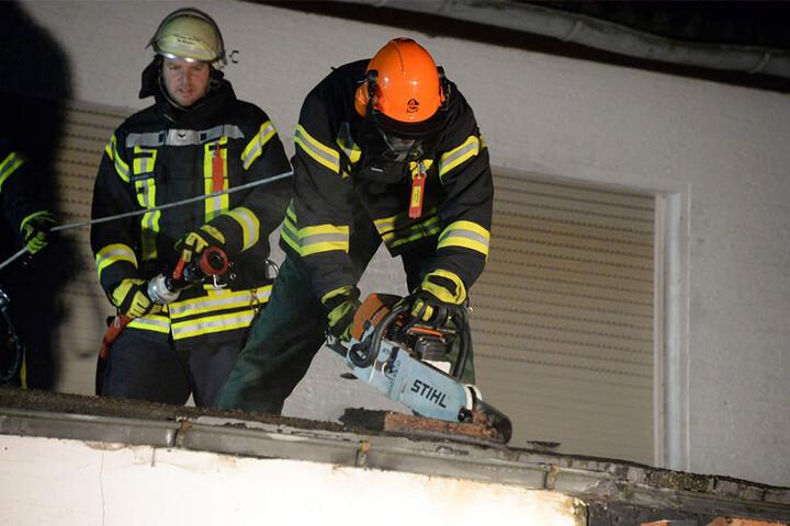 Weil sich die Flammen schnell ausbreiteten, musste das Dach aufgesägt werden, um letzte Glutnester zu beseitigen.
