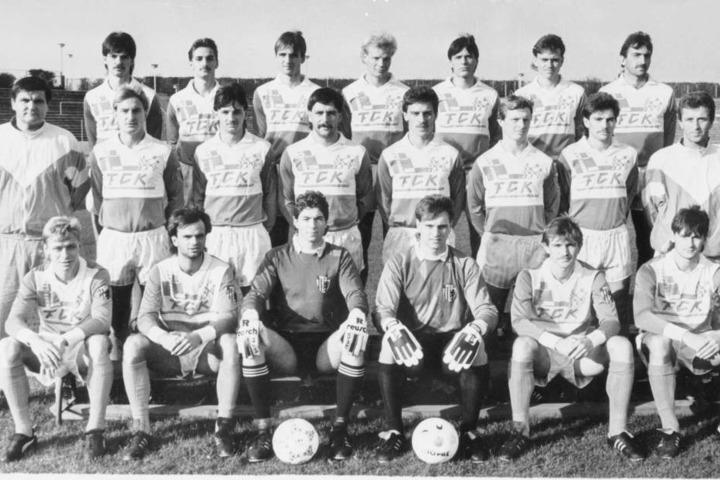 Hans Meyer (l.) als Trainer des FCK in der Saison 1989/90, Steffen Ziffert (oben, 3.v.l.) war Spieler - wie Torsten Bittermann (unten r.), Holger Hiemann (u.3.v.r.) und Sven Köhler (unten l.).