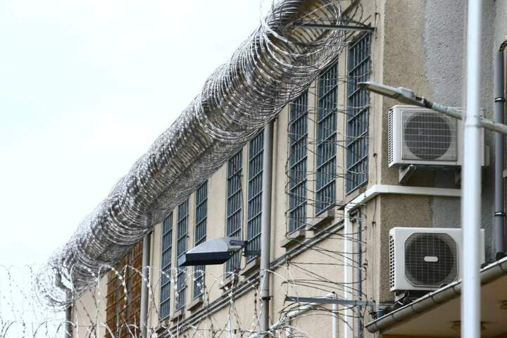 Der Verdächtige sitzt bereits wegen einer anderen Straftat im Gefängnis. (Symbolbild)