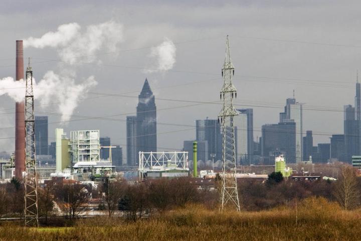 Auch in Frankfurt bleibt es am Samstag und Sonntag düster. (Symbolbild)