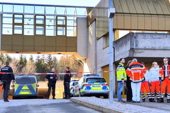 Einsatzkräfte der Polizei und der Rettungsdienste beim Einsatz am Jobcenter in Rottweil.